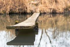 Selbst gemachte Brücke mitten in einem Fluss in einem Dorf stockbild