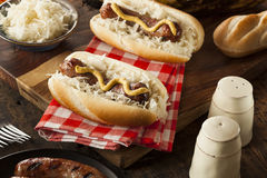 Selbst gemachte Bratwurst mit Sauerkraut stockfoto