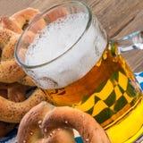 Selbst gemachte Brezeln und Bier Lizenzfreie Stockfotos