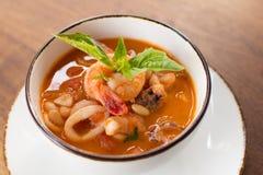 Selbst gemachte Calamari Fagioli-Suppe Stockbild