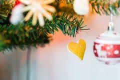 Selbst gemachte Dekoration des Weihnachtsbaums Lizenzfreie Stockfotografie