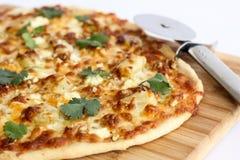 Selbst gemachte dünne Krustepizza Lizenzfreies Stockfoto