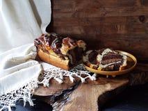 Selbst gemachte dreifache Schokolade Cozonac, rumänische Spezialität Lizenzfreie Stockfotos