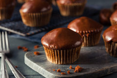 Selbst gemachte dunkle Schokoladen-kleine Kuchen Lizenzfreie Stockfotos