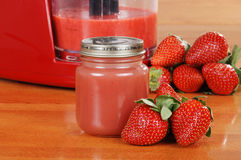 Selbst gemachte Erdbeeresäuglingsnahrung Stockfotografie