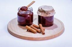 Selbst gemachte Erdbeermarmelade im Glas und im hölzernen Löffel Lizenzfreie Stockfotografie