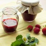 Selbst gemachte Erdbeermarmelade (marmelade) in den Gläsern Lizenzfreie Stockbilder
