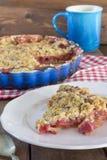 Selbst gemachte Erdbeerrhabarber-Torte Stockbild