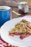 Selbst gemachte Erdbeerrhabarber-Torte Lizenzfreie Stockfotos