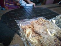 Selbst gemachte Erdnüsse und Stangen des indischen Sesams stockfotos