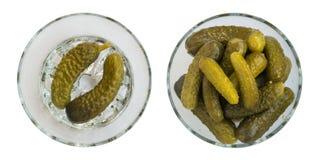 Selbst gemachte in Essig eingelegte Essiggurken oder Gurken in der runden Glasschüssel Lizenzfreie Stockbilder