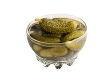 Selbst gemachte in Essig eingelegte Essiggurken oder Gurken in der runden Glasschüssel Lizenzfreies Stockbild