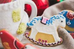 Selbst gemachte Feiertagsplätzchen - Lebkuchen Stockbild