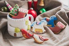 Selbst gemachte Feiertagsplätzchen - Lebkuchen Stockbilder