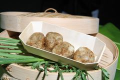 Selbst gemachte Fisch-Bälle mit würzigem Fisch-Ball lizenzfreies stockfoto