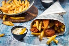 Selbst gemachte Fische u. Chips und Soße Lizenzfreie Stockfotos
