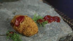 Selbst gemachte Fleischkoteletts mit Petersilie auf dem Stein, gegossen über Lebensmittelketschup stock video footage