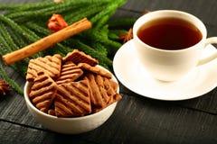 Selbst gemachte Frühstück Schokoladensplitterplätzchen mit Kaffee Lizenzfreie Stockfotos
