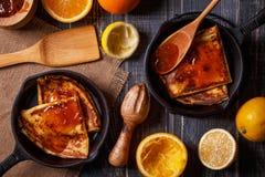Selbst gemachte Franzosekrepps mit orange Sirup Stockfoto