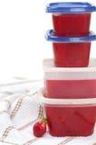 Selbst gemachte Gefriermaschine-Erdbeere-Marmelade in den Behältern lizenzfreie stockfotos