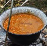 Selbst gemachte gekochte Bohnen in einem Topf mit sichtbarem Grill im Hintergrund lizenzfreies stockfoto