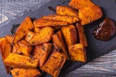 Selbst gemachte gekochte Süßkartoffel mit Gewürzen und Kräutern Lizenzfreie Stockbilder