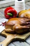 Selbst gemachte geräucherte Hühner Gegrillte Hühner Braten die Türkei mit Gemüse- und Weinglas lizenzfreies stockfoto