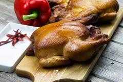 Selbst gemachte geräucherte Hühner Gegrillte Hühner Braten die Türkei mit Gemüse- und Weinglas Stockbild