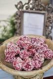 Selbst gemachte gesunde Schokoladentrüffeln des strengen Vegetariers mit Pistazie in der Schüssel Vegetarische süße Bälle der org stockbild