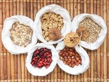Selbst gemachte Granola muesli Frucht und Samen, getrocknete Feige lizenzfreie stockbilder
