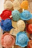 Selbst gemachte Hüte, die aus Shops heraus hängen lizenzfreies stockbild