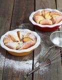 Selbst gemachte Hüttenkäsetorte mit Pfirsichen auf Holztisch im Rost Stockfoto