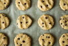 Selbst gemachte Hafermehl cookieswith Schokoladenplätzchen vorbereitet, auf einem Backblech gebacken zu werden Lizenzfreie Stockfotografie
