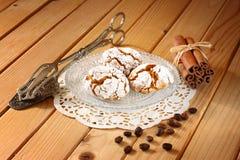 Selbst gemachte Honigkuchen auf Holztisch Stockfotos