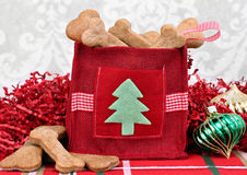 Selbst gemachte Hundeplätzchen in einem dekorativen Weihnachten bauschen sich. Lizenzfreies Stockbild