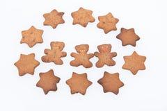 Selbst gemachte Ingwer-Plätzchen. Baum-Lebkuchen-Männer und Sterne Stockbilder
