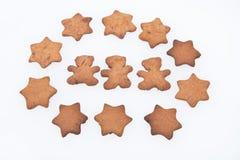 Selbst gemachte Ingwer-Plätzchen. Einfache Baum-Lebkuchen-Männer und Sterne Lizenzfreies Stockbild