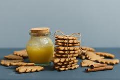 Selbst gemachte Ingwerplätzchen mit Honig Lizenzfreie Stockfotografie