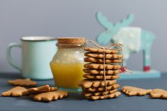 Selbst gemachte Ingwerplätzchen mit Honig, Tee und Elchen Stockfoto