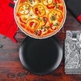 Selbst gemachte käsige Ei Quiche für Brunch mit Spinat und Pfeffer Lizenzfreies Stockfoto