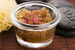 Selbst gemachte Körperschale mit Zucker, Olivenöl und dem rosafarbenen Blumenblatt Lizenzfreie Stockbilder