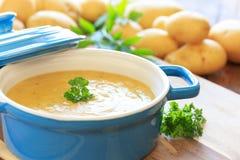 Selbst gemachte Kartoffelsuppe Stockfotografie