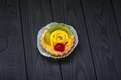 Selbst gemachte Keks Tartlets mit Vanillepuddingcreme, Kirsche und Kiwi, Traube Minikuchen lizenzfreie stockfotos