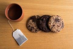 Selbst gemachte Kekse mit einer Tasse Tee stockbilder