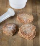 Selbst gemachte Keksplätzchen besprüht mit Zucker Stockbild