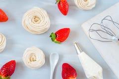 Selbst gemachte kleine Erdbeere-pavlova Meringe backt Draufsicht des Musters mit Sahne zusammen lizenzfreies stockfoto