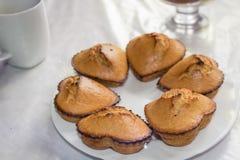 Selbst gemachte kleine Kuchen in Form des Herzens Stockfoto