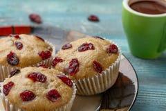 Selbst gemachte kleine Kuchen mit Kirschen sind auf einem hellen Hintergrund Einige kleine Kuchen sind auf einer Platte Stockfotos