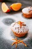 Selbst gemachte kleine Kuchen mit Orangen Lizenzfreies Stockfoto