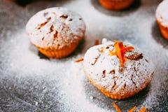 Selbst gemachte kleine Kuchen mit Orangen Stockfotografie